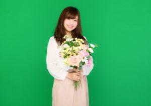 花を持つ女性