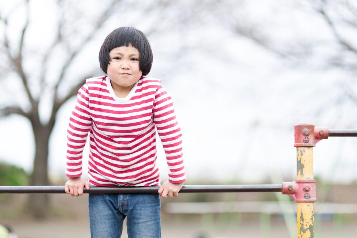 鉄棒に挑戦する女の子