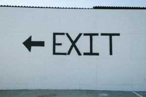 出口を示す看板