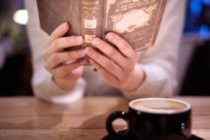 カフェでを本読む女性