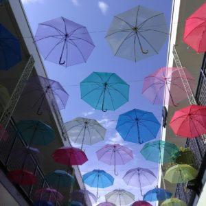 空に浮かぶ傘