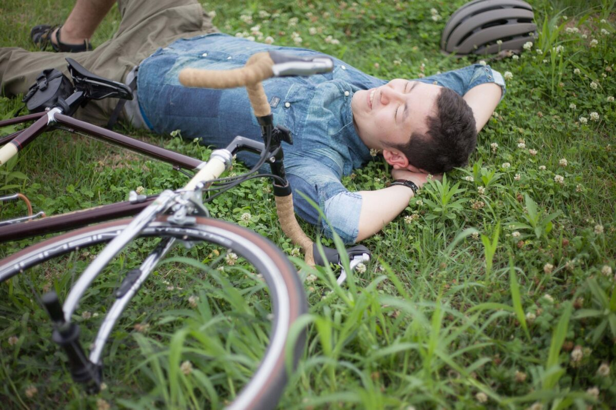 草原に寝ころぶ男性
