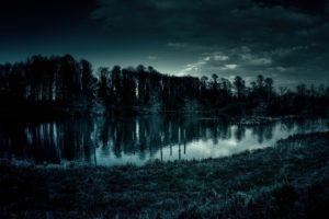 不気味な池