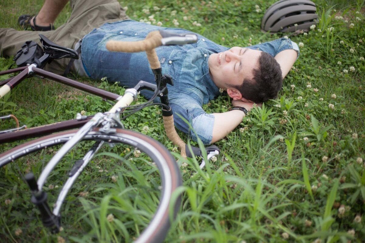 芝生の上で寝る男性