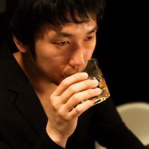 お酒をのむ男性